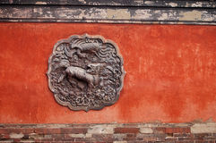 Rote Wand mit Skulptur Lizenzfreie Stockfotografie