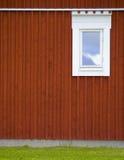 Rote Wand mit Toilettenfenster Stockbilder