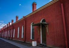 Rote Wand mit weißem Fenster trimmt agains blauen Himmel Lizenzfreie Stockfotos
