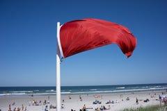 Rote warnende Flagge Lizenzfreies Stockfoto