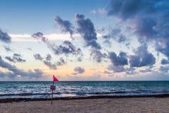 Rote warnende Flagge auf Ufer Lizenzfreie Stockfotografie