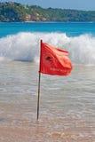 Rote warnende Markierungsfahne Stockfoto