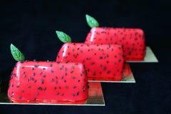 Rote Wassermelone glasierte Nachtische mit schwarzen Samen des indischen Sesams und Basilikumblättern stockbild