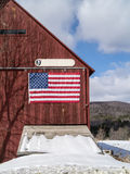 Vermont-Scheune mit amerikanischer Flagge lizenzfreie stockfotografie