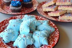 Rote, weiße und blaue Plätzchen und kleine Kuchen Lizenzfreies Stockbild