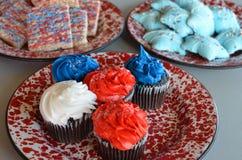 Rote, weiße und blaue Plätzchen und kleine Kuchen Stockfotografie