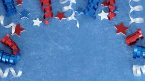 Rote weiße und blaue Sterne und Band auf blauem Hintergrund stockbild