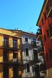 Rote, weiße und gelbe Gebäude stockfoto