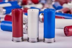 Rote, weiße und Messgerät-Schrotflinteshells des Blaus 12 Stockbild