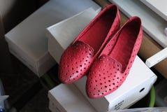 Rote weibliche Schuhe Stockfotos