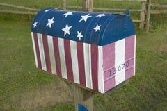 Rote weiße und blaue US-Markierungsfahnen-Mailbox in zentralem GA Lizenzfreie Stockfotos