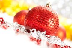 Rote Weihnachtenbaulbes Stockbild