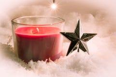 Rote Weihnachtenkerze und Verzierung Lizenzfreies Stockbild