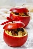 Rote Weihnachtsäpfel angefüllt mit Trockenfrüchten im Honig lizenzfreies stockbild