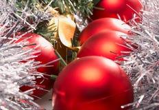 Rote Weihnachtsbälle Stockbild