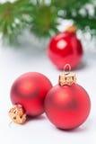 Rote Weihnachtsbälle auf einem weißen Hintergrund, selektiver Fokus Lizenzfreie Stockfotografie