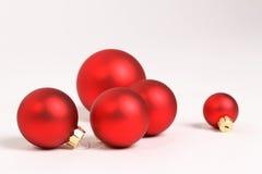 Rote Weihnachtsbälle auf weißem Hintergrund Lizenzfreie Stockfotos