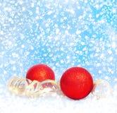 Rote Weihnachtsbälle mit goldenem Ausläufer Lizenzfreie Stockbilder