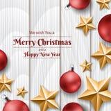 Rote Weihnachtsbälle und goldene Sterne auf weißer hölzerner Beschaffenheit, Rahmen für Weihnachten Stockfotografie