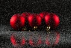 Rote Weihnachtsbälle und -schnee… Stockfoto