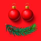 Rote Weihnachtsbälle und Tannenzweig Stockfotos