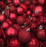Rote Weihnachtsbaum-Verzierungen Stockbild