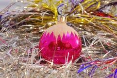Rote Weihnachtsbaumdekorationen. Stockfotografie
