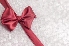 Rote Weihnachtsdekoration auf funkelndem Hintergrund Lizenzfreies Stockbild