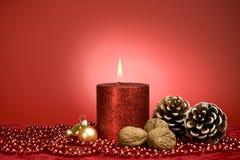 Rote Weihnachtsdekoration mit Kerze Stockbild