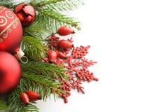 Rote Weihnachtsdekorationen auf weißem Hintergrund Stockfoto