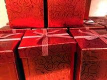 Rote Weihnachtsgeschenke Stockfotografie