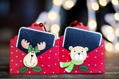 Rote Weihnachtsgruß-Karte auf einem bokeh Hintergrund lizenzfreie stockbilder