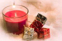 Rote Weihnachtskerze, Einzelteildekoration Lizenzfreie Stockbilder