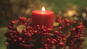 Rote Weihnachtskerze mit Stechpalme stock footage