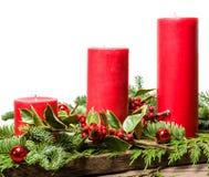 Rote Weihnachtskerzen mit weißem Hintergrund Stockfotos