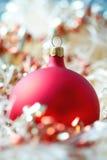 Rote Weihnachtskugel lizenzfreies stockbild