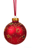 Rote Weihnachtskugel auf einem roten Farbband Stockbilder