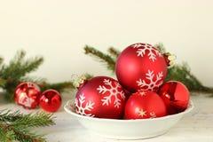 Rote Weihnachtskugel auf weißem Hintergrund lizenzfreie stockfotografie