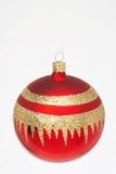 Rote Weihnachtskugel - auswendiges weihnachtskugel Lizenzfreie Stockfotografie
