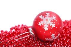 Rote Weihnachtskugel getrennt auf weißem Hintergrund Stockbild
