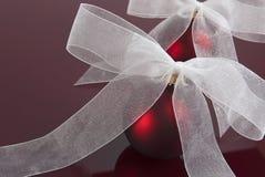 Rote Weihnachtskugel Kugel auf Kastanienbraun Stockbild