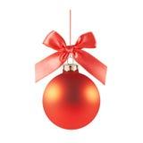 Rote Weihnachtskugel mit einem Bogen Stockfotos