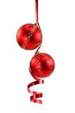 Rote Weihnachtskugel mit einem lockigen Farbband lizenzfreie stockfotografie