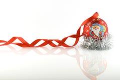 Rote Weihnachtskugel mit Farbband Lizenzfreie Stockfotos