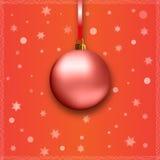 Rote Weihnachtskugel mit Farbband Stockfotografie