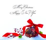 Rote Weihnachtskugel mit Farbband und Bogen Lizenzfreie Stockfotos