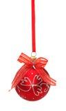 Rote Weihnachtskugel mit Farbband und Bogen auf Weiß stockfotografie