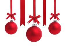 Rote Weihnachtskugel mit Farbbandbogen Stockbilder