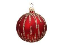 Rote Weihnachtskugel mit goldenen Streifen Lizenzfreies Stockfoto