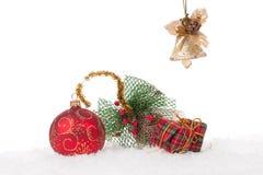 Rote Weihnachtskugel mit Schnee Lizenzfreies Stockbild